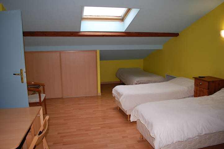 BUDGET TRIPLE WITH BATHROOM + CATERING FACILITIES