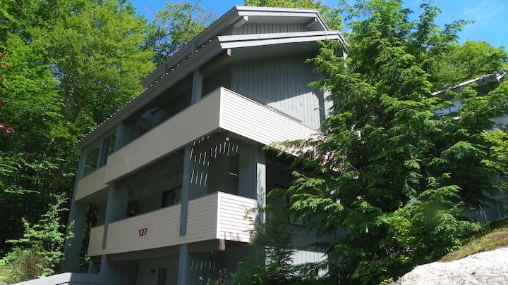 Private, stand-alone town home close to Loon Mountain, sleeps families up to 14!