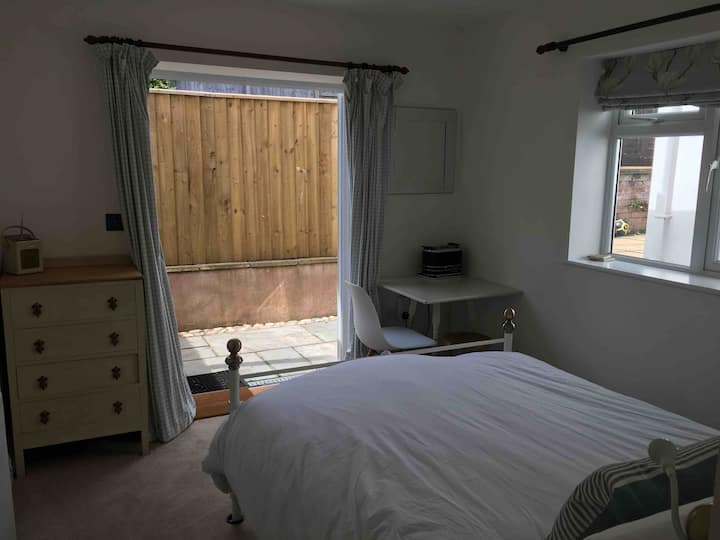Ensuite Private Annexe with Parking and Breakfast