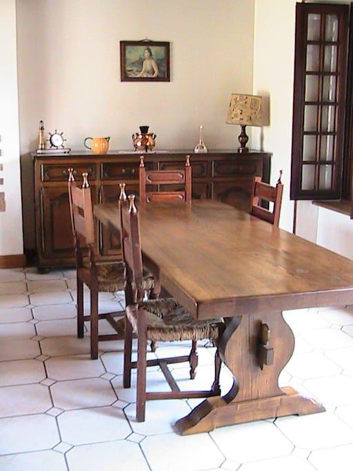 le sejour avec la table monastere