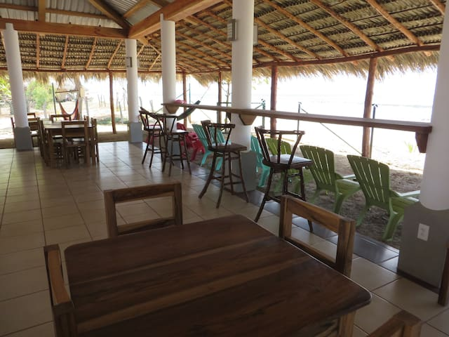 THE BARREL HOSTEL BAR AND RESTAURANT, BEACH FRONT - Popoyo - Asrama
