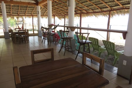 THE BARREL HOSTEL BAR AND RESTAURANT, BEACH FRONT - Popoyo - Hostel
