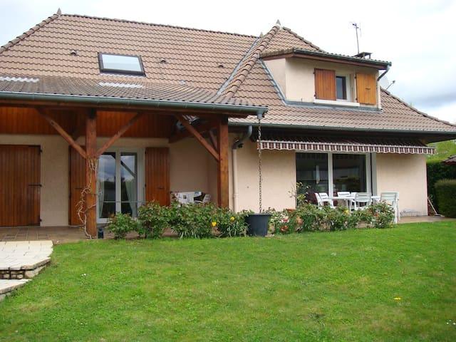Belle chambre dans villa calme - Coublevie - House