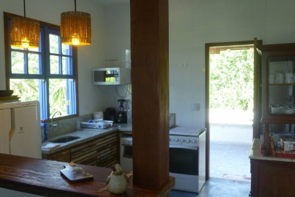 Cozinha Americana completa com ventilador de teto, Fogão, Geladeira, Microondas, Lava-louças, etc...