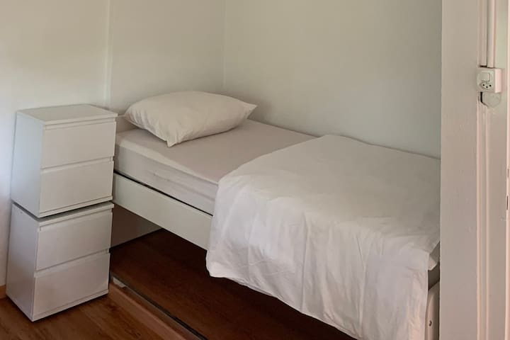 Small room 6 at 5 minutes walk from the airport