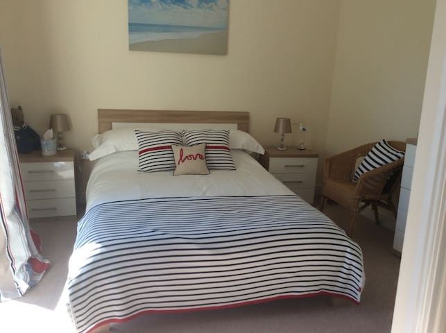 lovely double room in beautiful home - Brixham - Reihenhaus