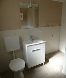VILLA 30qm Zimmer voll möbliert eigenes neues Bad - Ebernhahn - Casa