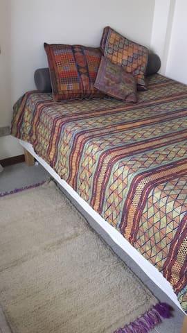 Stanza da letto, dettaglio del letto con contenitore