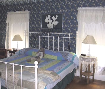 The Hilltop Inn, King Room, Room 1 - Bed & Breakfast