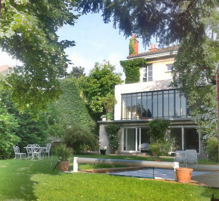 Grande maison design avec jardin et piscine