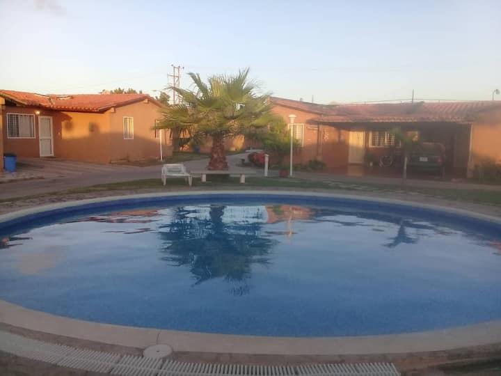 Casa familiar con piscina (urbanización cerrada)