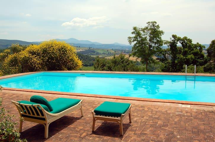 Villa antica con piscina e uliveto