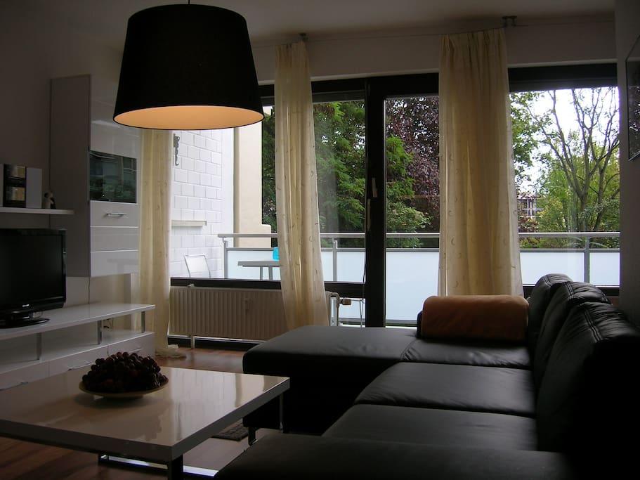 Wohnzimmer mit grüner Aussicht