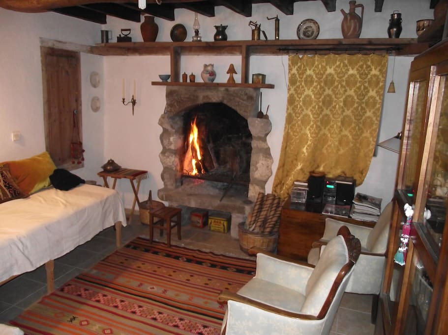A very cousy room with a fireplace