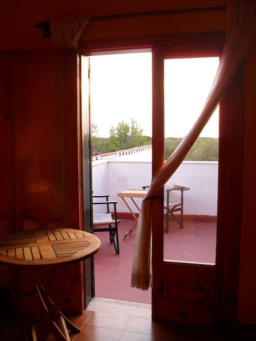Desde tu cuarto tienes acceso directo a la terraza en planta alta .