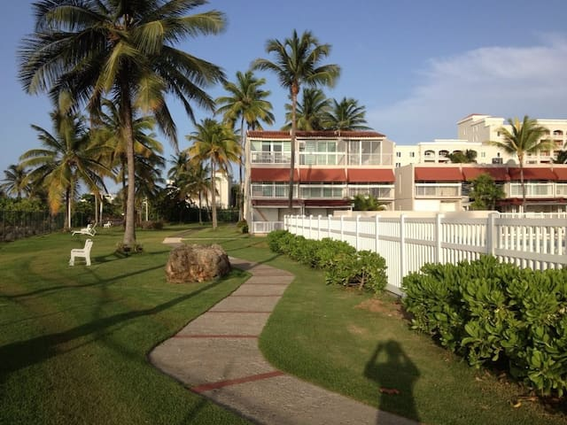 Breezy Townhouse Villa, Dorado, steps to the beach