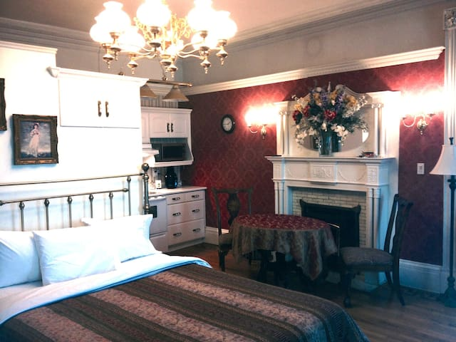 The Parlour Suite (Suite 100) - Brockville - Apartment