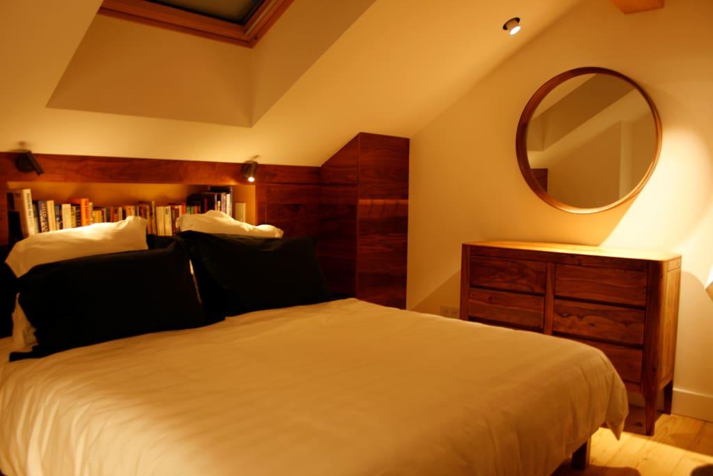 Guest bedroom (queen or twin beds)