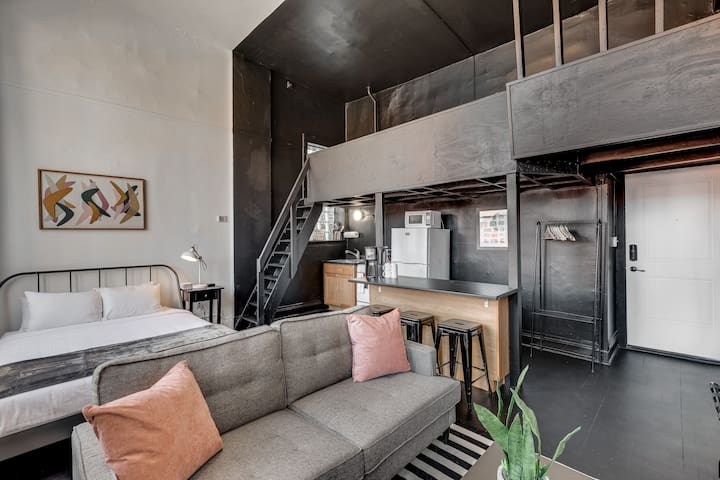 Modern Black Loft in Old Town near Lincoln Park