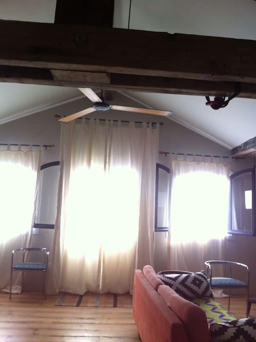 Salón-Comedor. Toda la casa con Ventanas al Exterior. Intimidad. No hay vecinos enfrente.