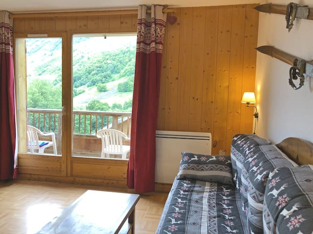 Été / Salon lumineux avec canapé-lit gigogne double ou simple. Dans le pur style montagnard. Les matelas sont de très bonnes qualités.
