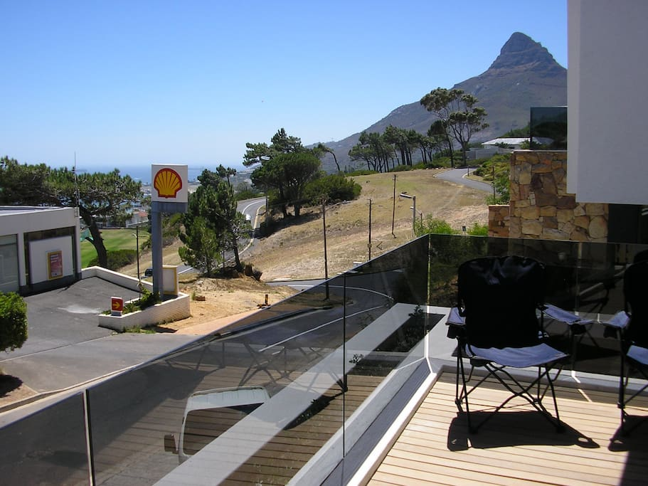 A view of the sea and Lion's Head mountain!! 5minute walk to the closest restaurant and supermarket.