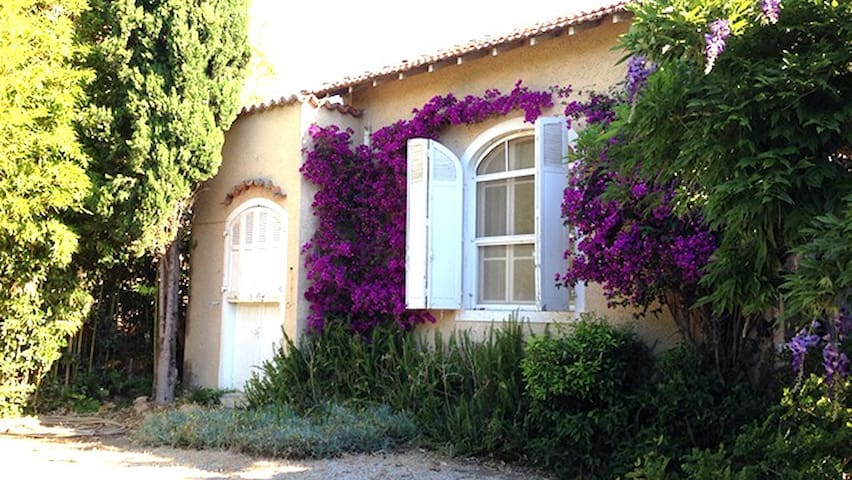 House between St Mandrier and Sanary, beach (100m)