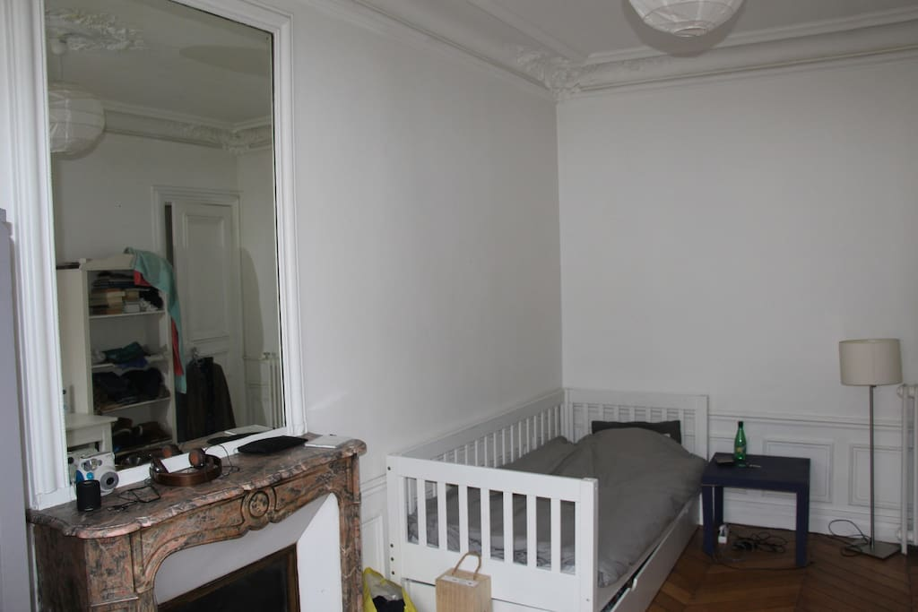 Chambre 16m2 5min sacr coeur apartments for rent in for Chambre 16m2