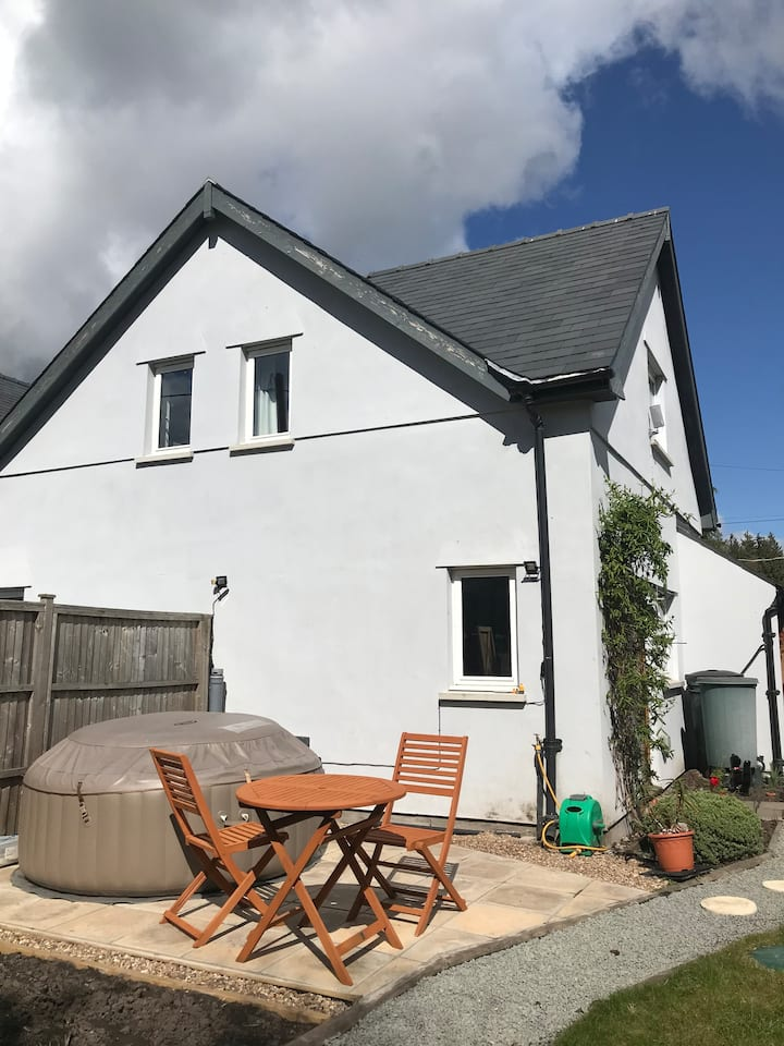 Newly furnished Apartment + Hot Tub Brecon Beacons