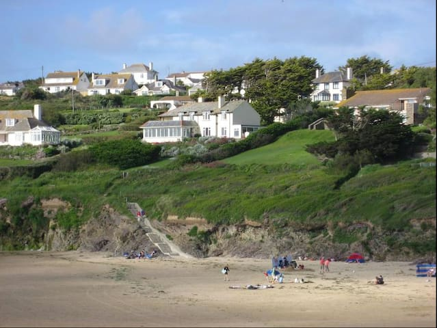 Here is the house with its incredible proximity to the beach!