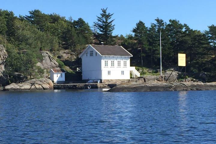 Losodden, idyllisk skipperhus i vannkanten.