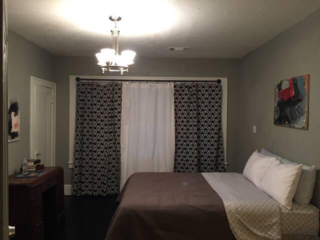Quiet, Cozy Downstairs Bedroom