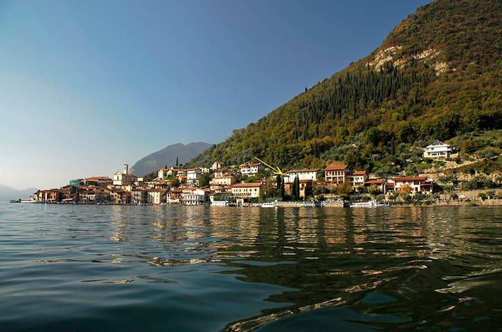 La terrazza sul lago e sui tetti - Lofts for Rent in Monte isola ...