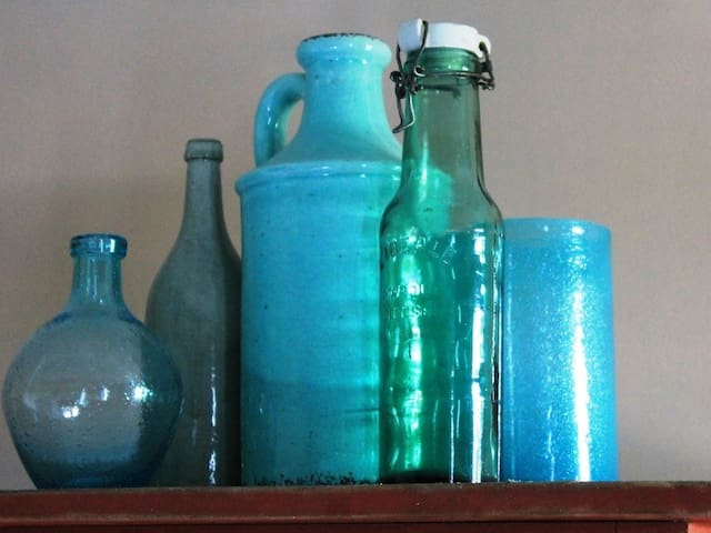 Bouquet de poteries et verreries provençales.