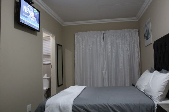 M n M Guesthouse: Double bed with en-suite. Room 7