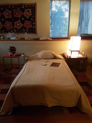 Top location single bed PRIVATE BATHROOM
