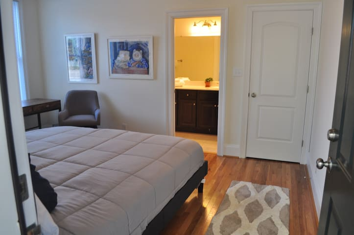 Private Suite - Bed, Bath and Patio in Church Hill