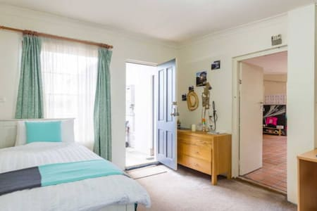 Private & Spacious Studio sized room + more - Frenchs Forest