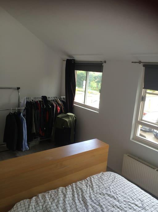 Slaapkamer 1, kledingrek tot beschikking van huurder