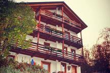La struttura per gli ospiti si trova al primo piano di una casa recentemente ristrutturata in mezzo al bosco.