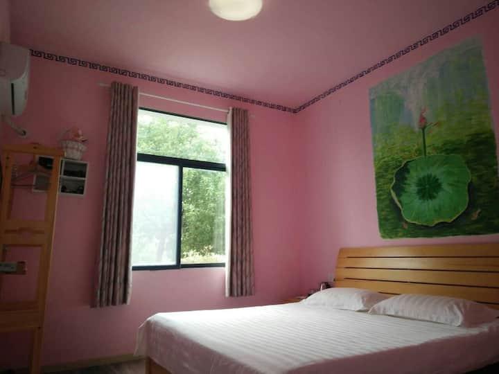 精品客栈中的舒适大床房,带花草庭院,来当庄园主吧~