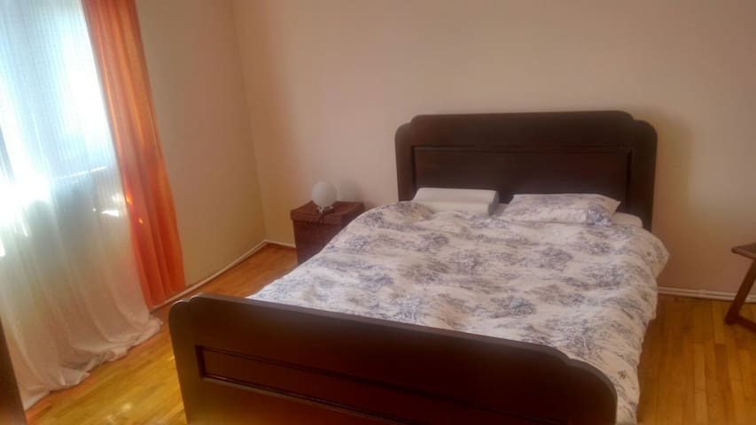 Sunny room in house 16 minutes' walk from Uni Cuza