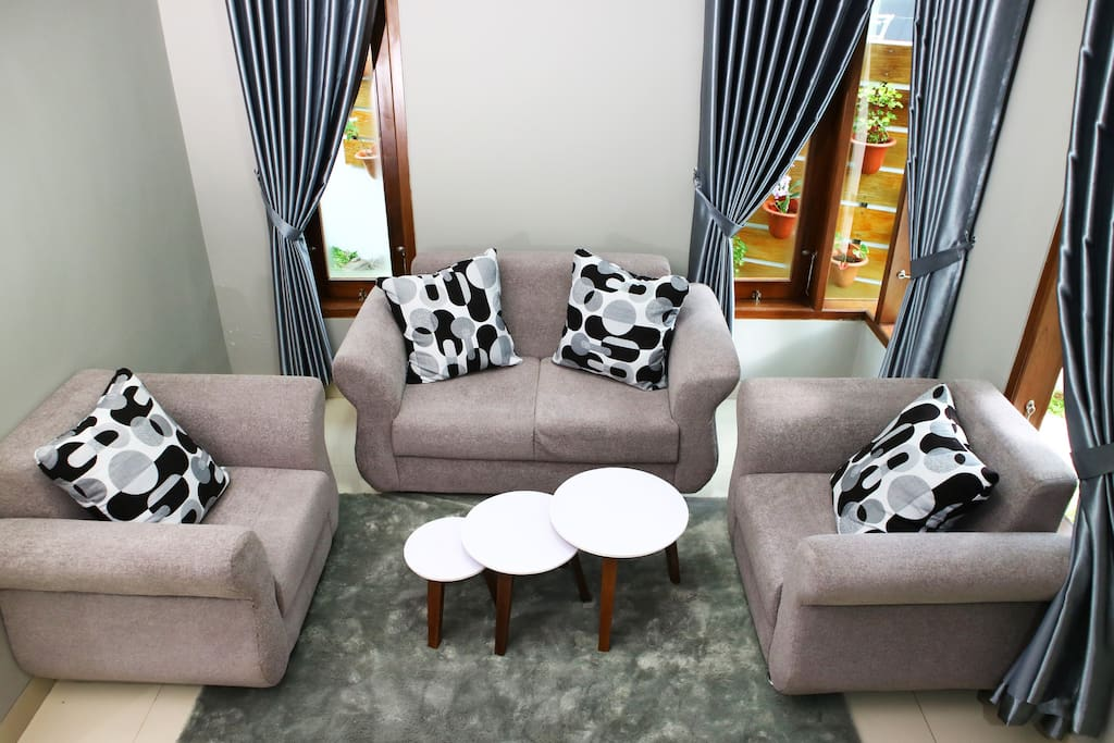 area ruang tamu dilengkapi sofa dan coffee table