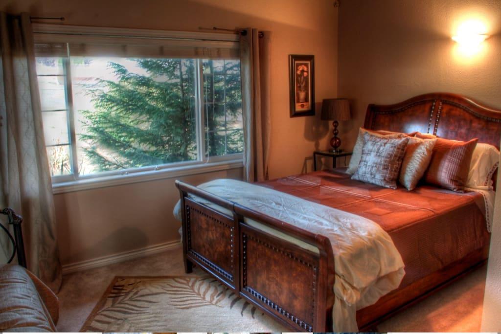 Garden room, Queen memory foam bedroom