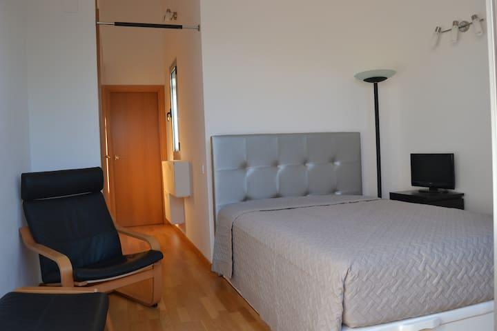 Habitacíon luminosa en duplex - Castelldefels