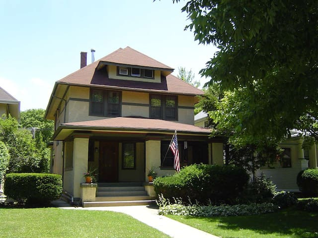 Antique Filled Home - Oak Park - Hus