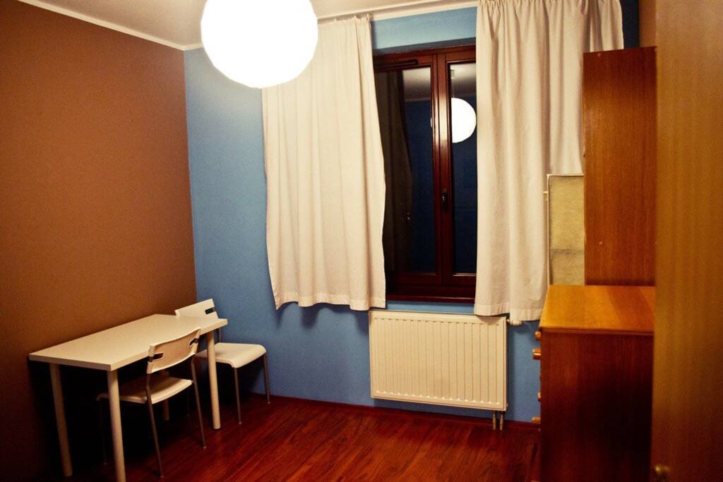 The room is clean and fully furnished. With central heating. Warm and cosy.