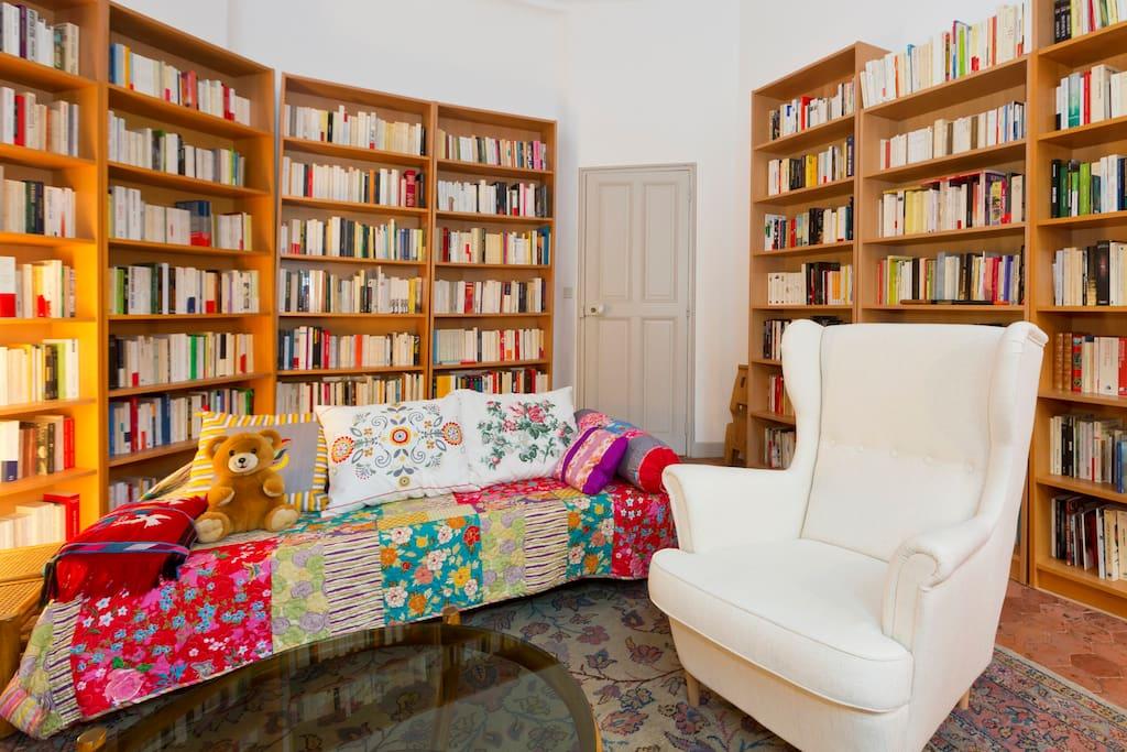 Le salon, un espace convivial où je suis à votre disposition pour vous indiquer quelques lieux à découvrir en Avignon et dans la région.