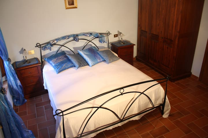 Blue room: double bedroom furnished of antique furniture and air conditioning (sheets included)