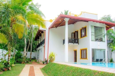Pool view deluxe room in villa white - กอลล์